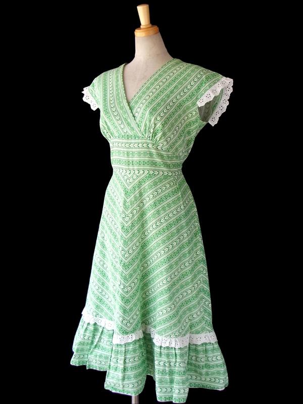 ヨーロッパ古着 フランス買い付け 60年代製 グリーン・ホワイト クラシカルな模様 X カットレース飾り ワンピース 15FC109