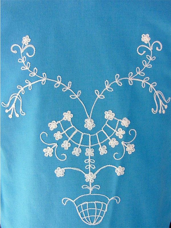 ヨーロッパ古着 フランス買い付け 60年代製 爽やかな水色 X ふんだんに刺繍があしらわれた チロリアン ワンピース 15FC311