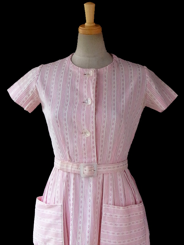 ヨーロッパ古着 フランス買い付け 60年代製 ピンク X ホワイト ストライプ・レトロ模様刺繍入り生地 ヴィンテージ ワンピース 16FC005