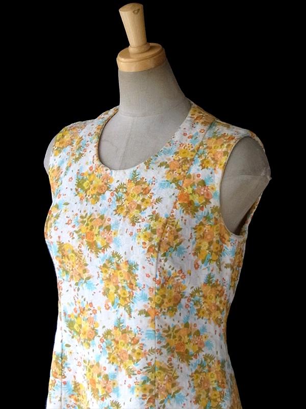 ヨーロッパ古着 フランス買い付け 60年代製 オフホワイト 凹凸でパターンが浮かぶ生地 X カラフルな花柄 Aライン ワンピース 16FC206