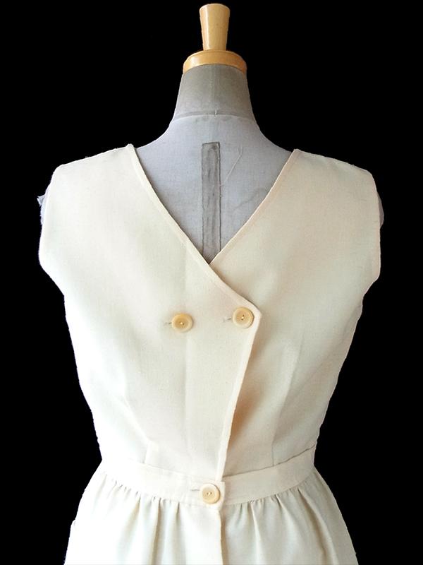 ヨーロッパ古着 フランス買い付け 60年代製 クリーム色 X 背面ボタン ポケット付き ヴィンテージ ワンピース 17FC020