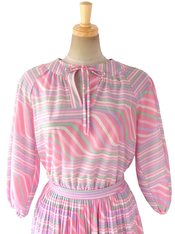 ヨーロッパ古着 70年代フランス製 ピンクを基調としたパステルカラー  共布ベルト付き プリーツ ワンピース 17FC415