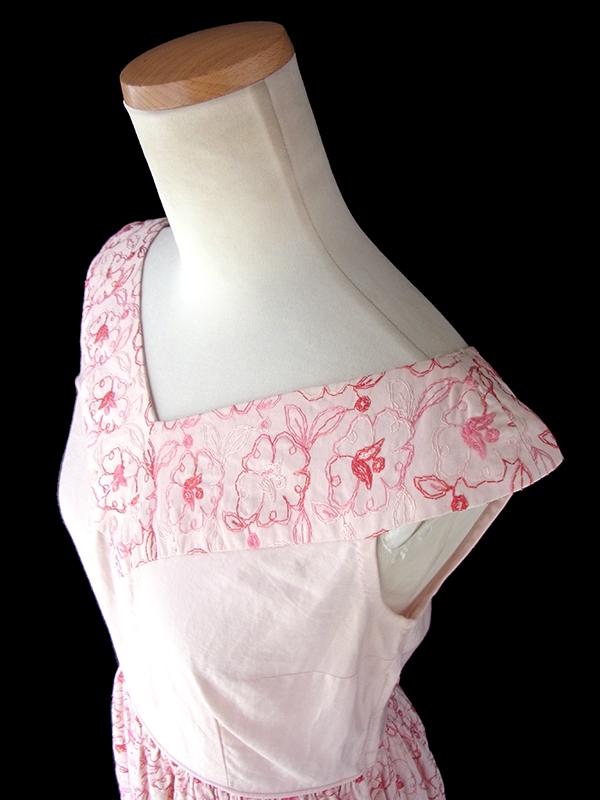ヨーロッパ古着 ロンドン買い付け 60年代製 ピンク X 繊細な花柄刺繍 ヴィンテージ ワンピース 17OM326