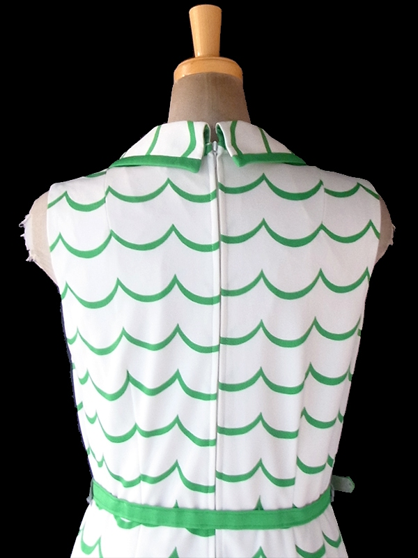 ヨーロッパ古着 ロンドン買い付け 70年代製 ホワイト X グリーン 波模様 共布ベルト付き レトロ ワンピース 18BS215