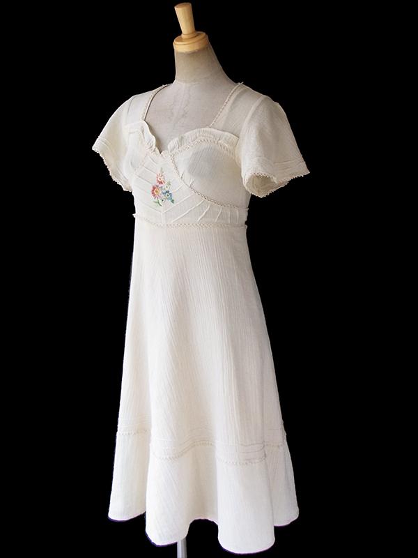 ヨーロッパ古着 フランス買い付け 60年代製 生成り色 X 花柄刺繍・レース装飾 ヴィンテージ ワンピース 18FC111