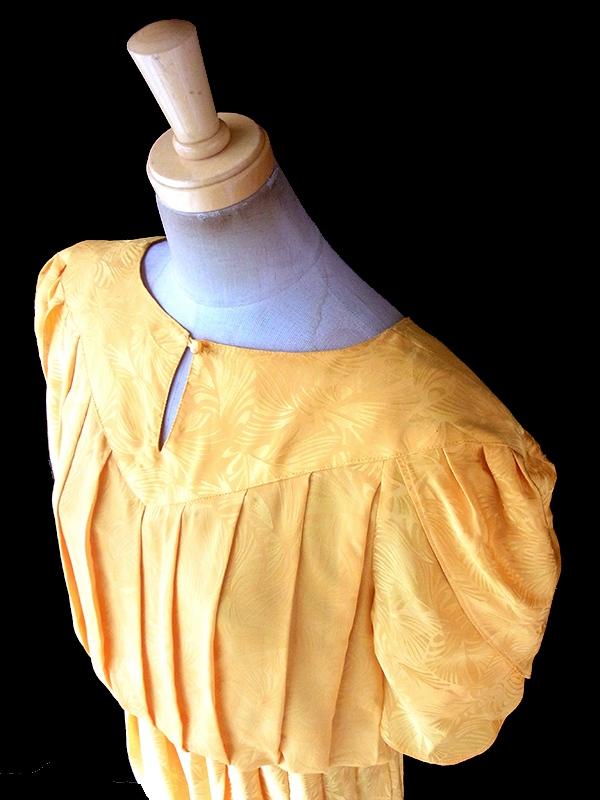ヨーロッパ古着 フランス買い付け 70年代製 ゴールド X リーフ模様が浮かぶ光沢のある生地 プリーツ ドレス 18FC311